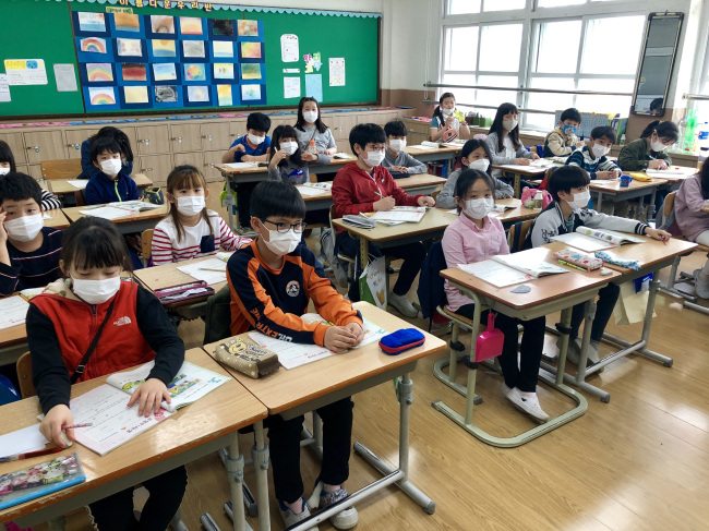 Students at an elementary school in Yeongju, North Gyeongsang Province, wear masks during class as a nearby factory leaked harmful gas on April 13, 2018. (Yonhap)
