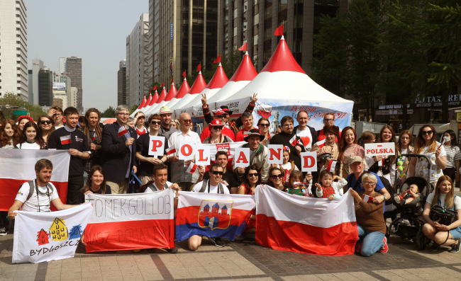 Participants pose at the annual Polish Day festival at Cheonggye Plaza in Seoul on April 30 last year (Polish Embassy)