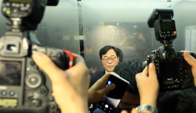The Financial Supervisory Service Gov. Kim Ki-sik leaves after a meeting with savings banks' CEOs on Tuesday. (Yonhap)