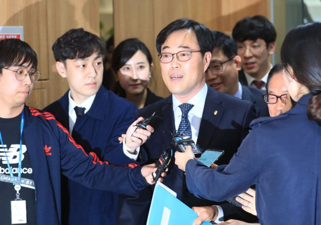 Former Financial Supervisory Service Gov. Kim Ki-sik speaks to reporters at a meeting with savings banks` chiefs in Seoul on Monday. Yonhap