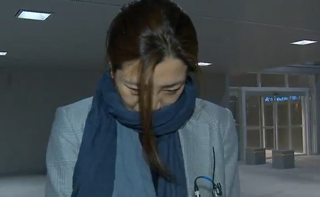 Cho Hyun-min, a senior vice president at Korean Air, arrives in Seoul via Incheon International Airport on Sunday. (Screenshot from MBC coverage-Yonhap)