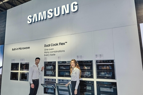 Models pose with Samsung Electronics Co.`s Dual Cook Flex oven at an exhibition in Italy in this photo released by the company on April 18, 2018. (Yonhap)