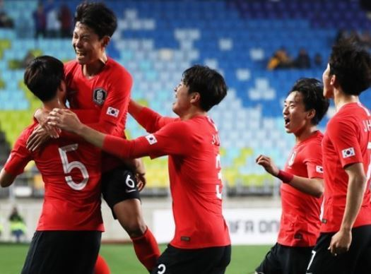 South Korean under-19 national football team players celebrate after scoring a goal in their match against Morocco at the 2018 Suwon JS Cup at Suwon World Cup Stadium in Suwon, Gyeonggi Province, on April 18, 2018. (Yonhap)