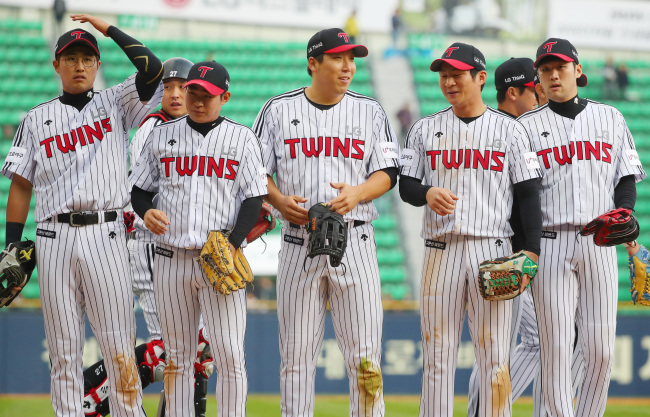 members of the LG Twins react to their 11-8 victory over the KT Wiz in a Korea Baseball Organization regular season game at Jamsil Stadium in Seoul on April 15. (Yonhap)