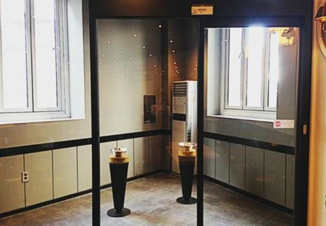 A smoking booth inside a cafe is pictured. (Yonhap)
