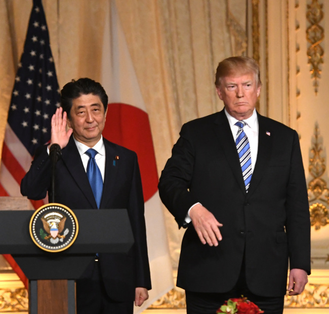 President Donald J. Trump and Japanese Prime Minister Shinzo Abe participate in a joint press conference at the president`s Mar-a-Lago estate in Palm Beach, Florida on April 18. (Yonhap)