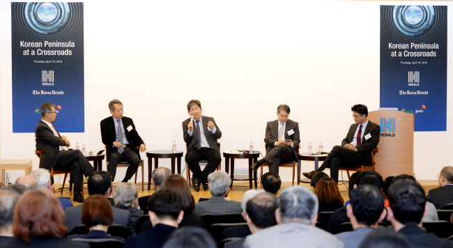 The panel engages in a discussion at the Korean Peninsula at a Crossroads forum held at Herald Square in Seoul on Thursday. From left: Choi Kang, Kim Won-soo, Kim Hyun-wook, Kim Byung-yeon and Kim Jae-chun. Park Hyun-koo/The Korea Herald