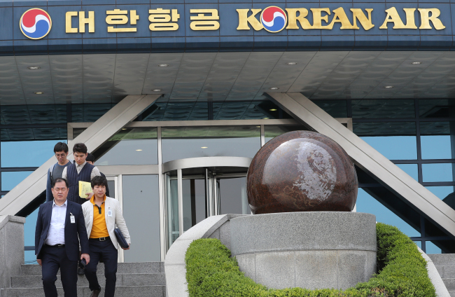 Prosecutors leave the Korean Air headquarters in western Seoul on Thursday after a seize and search over vice president Cho Hyun-min's power abuse allegations. (Yonhap)