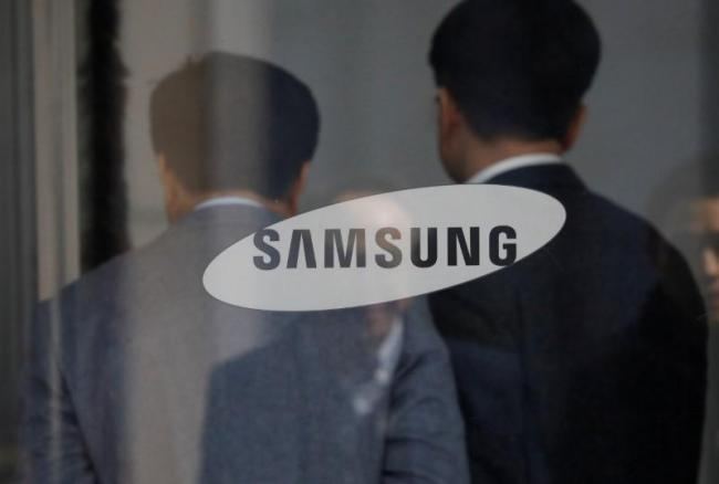 Employees walks in the building of Samsung Electronics in Seoul, South Korea, February 28, 2017. Picture taken February 28, 2017. (Reuters)