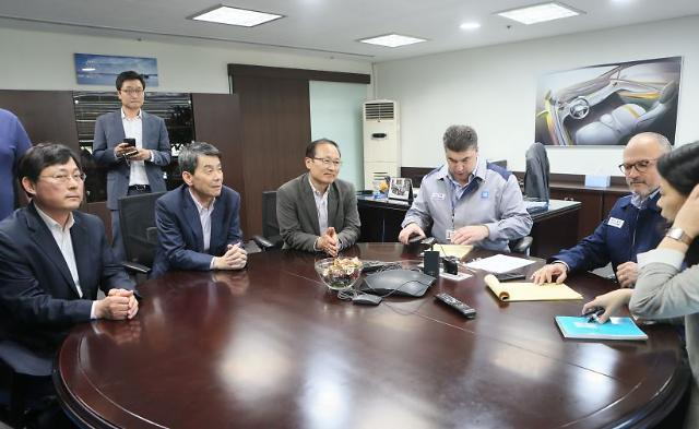 Korea Developement Bank chief Lee Dong-gull (second left) and GM Executive Vice President Barry Engle (second right) met at GM Korea's Bupyeong plant on Saturday. (Yonhap)