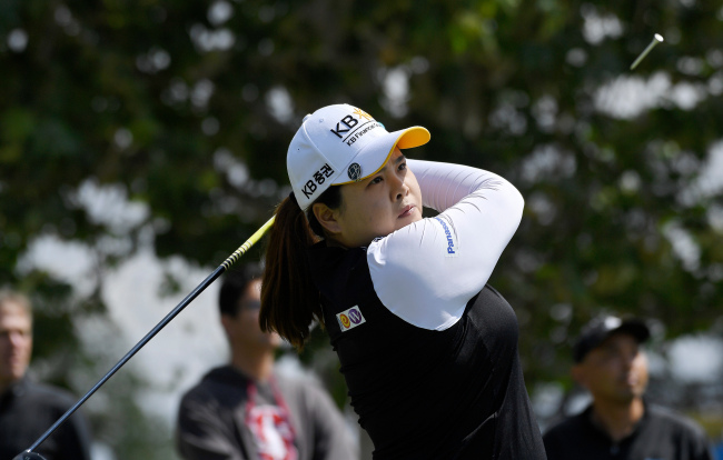 Park In-bee of South Korea watches her tee shot on the fifth hole during the second round of the Hugel-JTBC LA Open at Wilshire Country Club in Los Angeles on April 20, 2018. (AP-Yonhap)