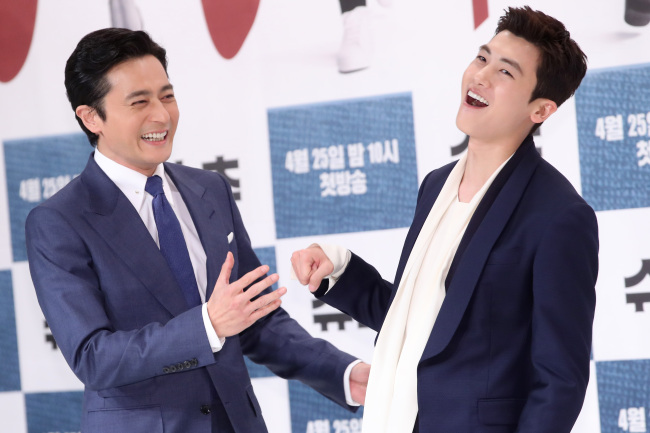 Jang Dong-gun (left) and Park Hyung-sik pose for photos at a media briefing held Monday at Times Square mall in Yeongdeungpo-gu, Seoul. (Yonhap)