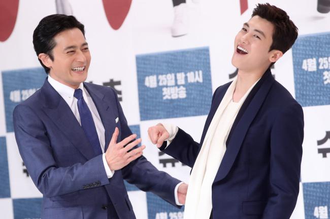 Jang Dong-Gun y Park Hyung-Sik en la rueda de prensa de la serie. Fuente Korean Herald.