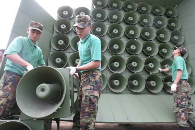 The Defense Ministry announced Monday it stopped broadcasting propaganda via loudspeakers as of midnight Sunday to create a peaceful mood for the inter-Korean summit set for Friday at the truce village of Panmunjeom. The photo above shows the South Korean military doing away with components of propaganda loudspeakers installed along the border with North Korea in 2004.