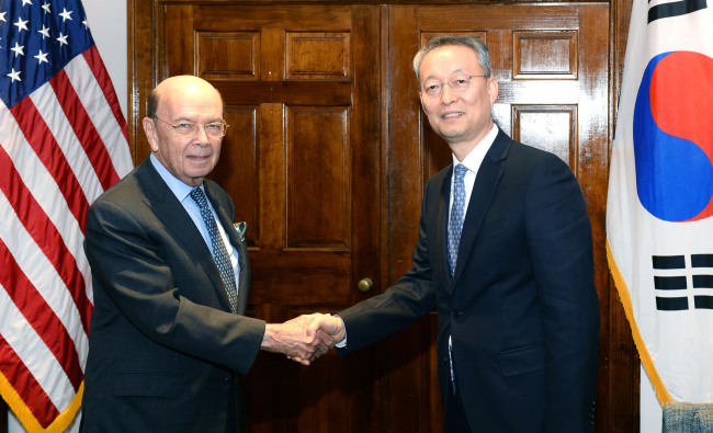 Paik Un-gyu (right), South Korean minister of trade, industry and energy, shakes hands with Wilbur Ross, US Secretary of Commerce, during their meeting in Washington DC on April 23, 2018, in this photo provided by the Korean ministry. (Yonhap)