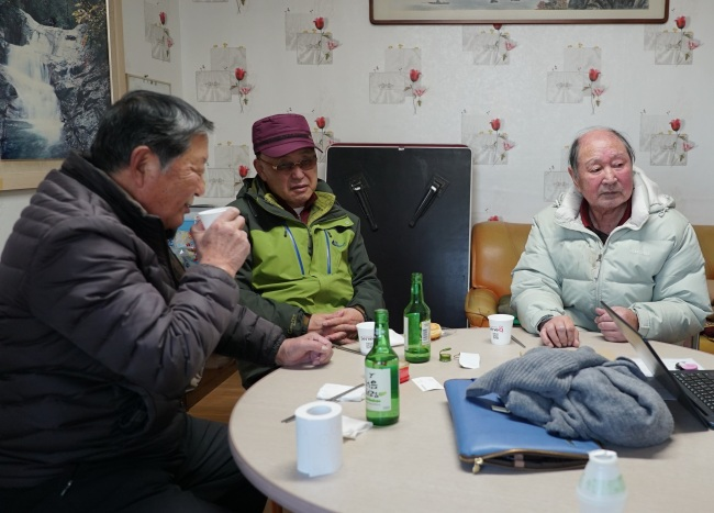 Song Su-hak (far right), a North Korean-born settler living in Sokcho, drinks with his friends at a community center for the elderly on Feb. 8. (Lim Jeong-yeo/ The Korea Herald)
