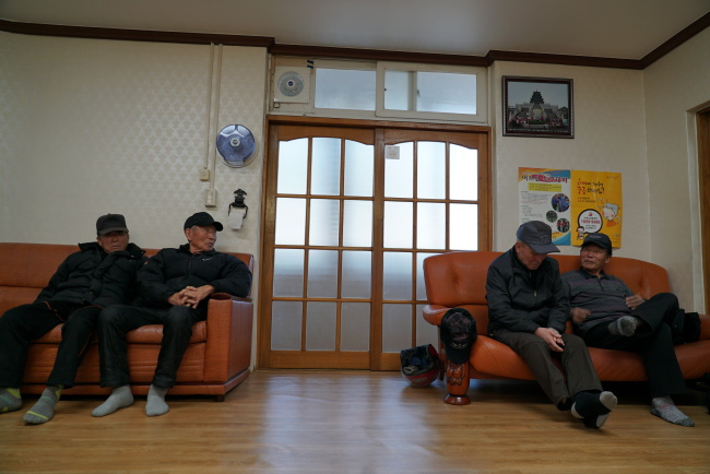 Elderly men hang out at a community center for the elderly in Sokcho, Gangwon Province, on Feb. 8. (Lim Jeong-yeo/ The Korea Herald)