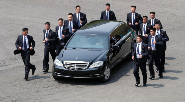 North Korean leader Kim Jong-un heads to the North in his Mercedes-Benz S600 Pullman Guard luxury limousine for lunch after a summit with South Korean leader Moon Jae-in on Friday. (Yonhap)