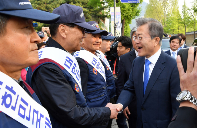 Membersof a conservative organizationshow support for President Moon (far right) before his departure to Panmunjeom for the inter-Korean summit on Friday morning. (Yonhap)