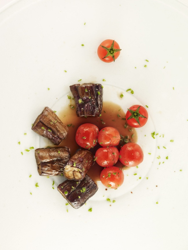 Braised eggplant with cherry tomatoes (Photo by Moon Duk-gwan / Wookwan)