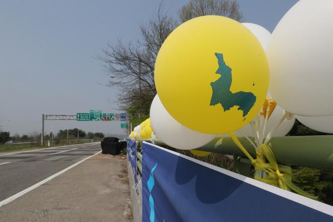 Balloons hanging on a motorway linking Seoul and Paju, near inter-Korean border. (Yonhap)