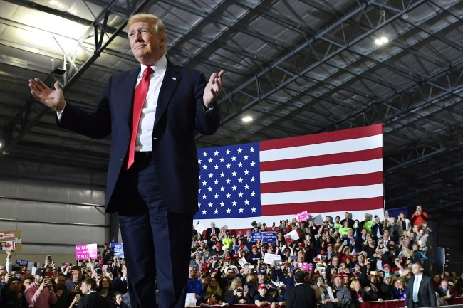 US President Donald Trump speaks during a rally at Total Sports Park in Washington, Michigan on April 28, 2018 (local time). (AFP-Yonhap)