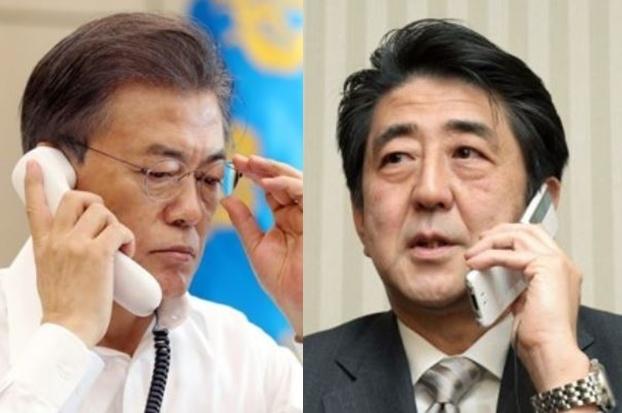 South Korean President Moon Jae-in (L) and Japanese Prime Minister Shinzo Abe (Yonhap)