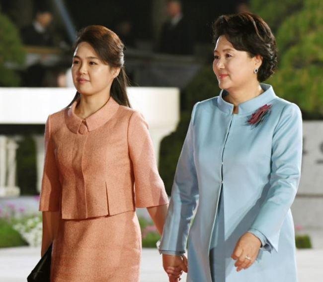 Ri Sol-ju, left, and Kim Jung-sook (Yonhap)
