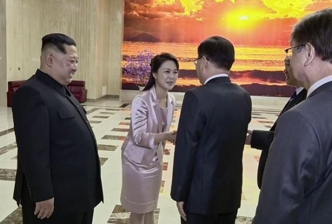 North Korean leader Kim Jong-un and his wife Ri Sol-ju greet the South Korean envoys in Pyongyang on March 5. (Yonhap)