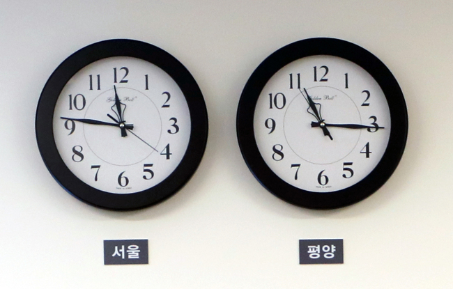 This photo, taken on April 29, 2018, shows two clocks showing a 30-minute gap between Seoul (left) and Pyongyang standard times hanging on a wall of the Peace House, the venue for an inter-Korean summit held on April 27. (Yonhap)