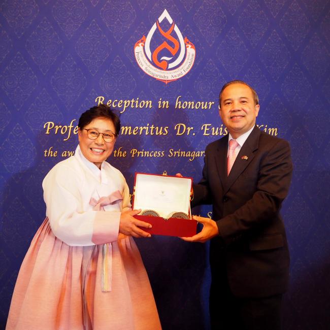 Thai Ambassador to Korea Singtong Lapisatepun (right) on April 24 hands a gift of appreciation to Professor Emeritus Kim Eui-sook, who received the Princess Srinagarindra Award in Bangkok in December for her contributions to nursing and public health. (Joel Lee/The Korea Herald)