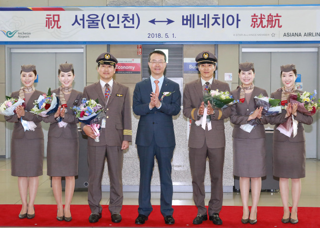 Asiana Airlines CEO Kim Soo-cheon (center) at the launch ceremony of the company's new direct air route from Korea to Venice, Italy at Incheon International Airport Terminal 1 on Tuesday. (Asiana Airlines)