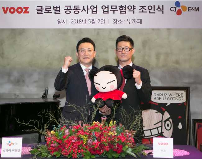 Hong Ki-sung, head of CJ E&M's Animation Division (left) and Kim Boo-kyoung, CEO of VOOZ, pose for photos at a press event held Wednesday at VOOZ headquarter in Gangnam-gu, Seoul. (CJ E&M)