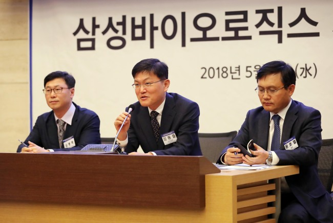 Samsung BioLogics' Senior Vice President Kim Dong-joong (center) explains that the company had not engaged in accounting fraud during an emergency press conference held in northern Seoul on Wednesday. (Yonhap)
