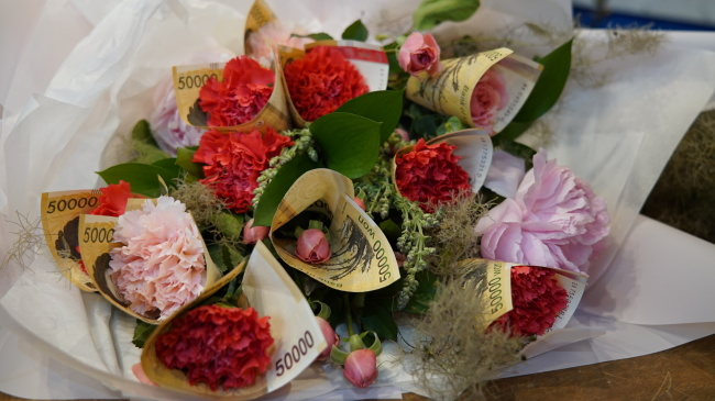 Money-wrapped carnation bouquet (Park Ju-young/The Korea Herald)