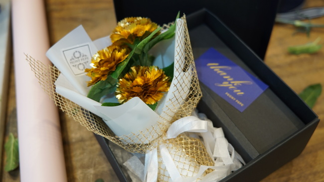 Gold carnation bouquet (Park Ju-young/The Korea Herald)