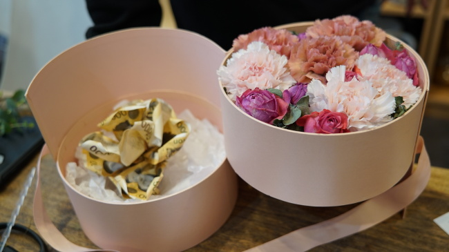 A carnation flower box with roses is made with 50,000 won bills. (Park Ju-young/The Korea Herald)