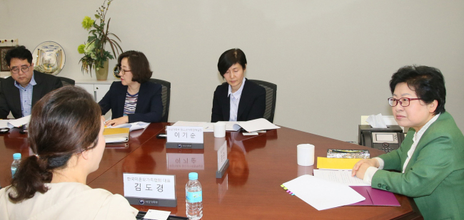 Gender Equality Minister Chung Hyun-back (far right) speaks to an unwed single mother (second from left). Yonhap