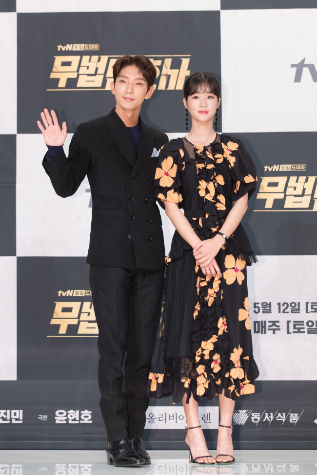 Lee Joon-gi and Seo Ye-ji pose for photos at a media briefing held Tuesday at Times Square mall in Yeongdeungpo-gu, Seoul. (tvN)