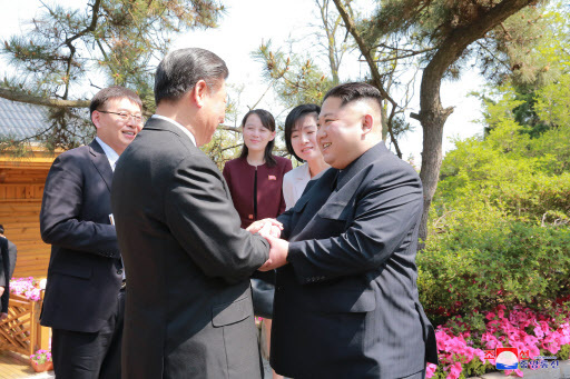 Chinese President Xi Jinping (left) meets with North Korean leader Kim Jong-un in Dalian in northeastern China. (Yonhap)