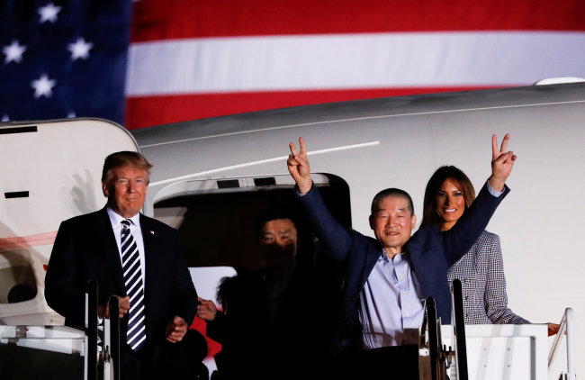 One of the Americans formerly held hostage in North Korea gestures next to US President Donald Trump and first lady Melania Trump, upon their arrival at Joint Base Andrews, Maryland, US, May 10, 2018. (Reuters-Yonhap)