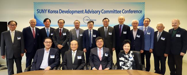 Participants pose at the opening ceremony of SUNY Korea Development Advisory Committee at SUNY Korea campus in Songdo, Incheon, Tuesday. (SUNY Korea)
