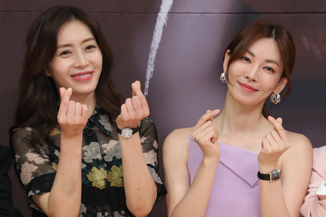 """Song Yoon-ah (left) and Kim So-yeon pose for photos at a press event held for """"Secret Mother"""" at SBS headquarters in Mok-dong, western Seoul, Friday. (Yonhap)"""