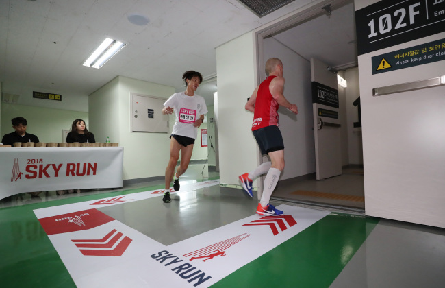 Participants in the 2018 Lotte World Tower International Sky Run pass the 102nd floor during their run up to the 123rd floor.