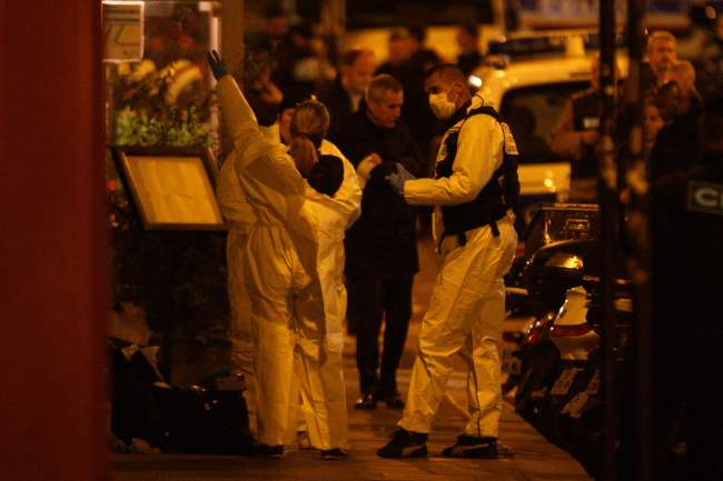Forensic officers get ready as they arrive to inspect the area in Monsigny street in Paris centre after one person was killed and several injured by a man armed with a knife, who was shot dead by police in Paris on May 12, 2018.(Yonhap)