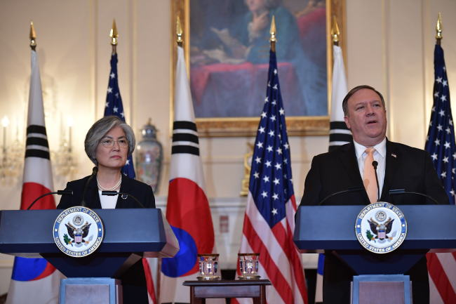 South Korean Foreign Minister Kang Kyung-wha (left) and her US counterpart Mike Pompeo (AFP-Yonhap)