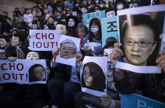 Korean Air employees wearing Guy Fawkes masks and uniforms stage a rally in Seoul on May 4, 2018, in protest of the abusing and mistreatment of the founding Cho family of Hanjin Group, its parent firm. (Yonhap)