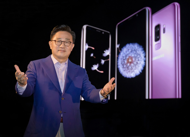 Samsung Electronics' head of smartphone business Koh Dong-jin introduces Galaxy S9 and S9+ in February. (Samsung Electronics)