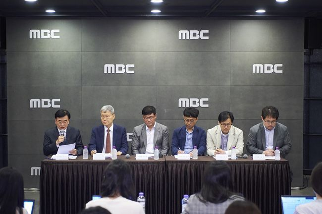 The six-member committee formed to probe the offensive use of Sewol ferry sinking new footage, speaks at Wednesday's press conference held in MBC headquarters in Sangam-dong, Seoul. (MBC)