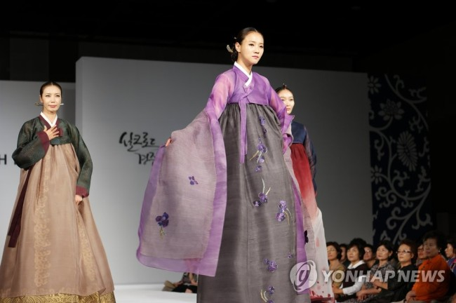 A Lee Young-hee hanbok fashion show takes place in the historic city of Gyeongju on August 26, 2016. (Yonhap)